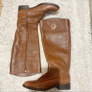 TORY BURCH JUNCTION RIDING BOOT LEATHER BROWN LOGO